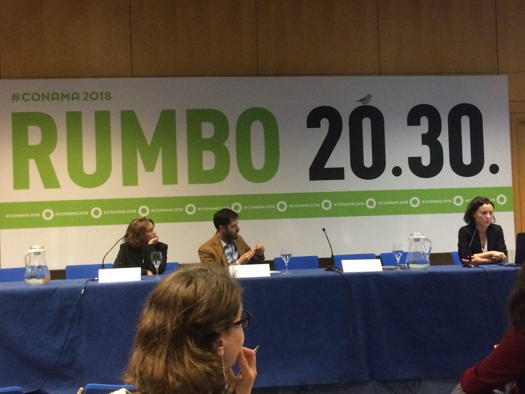 Rodrigo Fernández-Mellado, de Biodiversity Node; Julieta Valls, responsable de Alianzas Corporativas de SEO/BirdLife; y M.ª José Rubial, directora de Operaciones de Azentúa, durante la jornada sobre «Empresa, Biodiversidad y ODS» en Conama 2018.